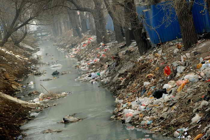 Канал в пригороде Пекина завален мусором, 16 марта 2012 года. Фото: Mark Ralston/AFP/Getty Images