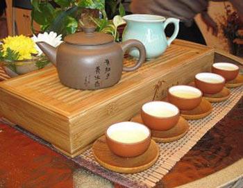 Красиво расставленный чайный сервиз способствует торжественной атмосфере чайной церемонии. Фото предоставлено Ханмин, Кунфу Чай, Флашинг, Нью-Йорк