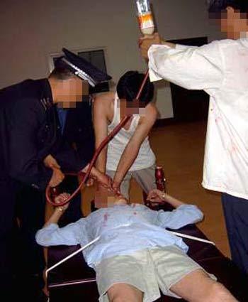 Насильственное кормление неизвестным веществом. Фото: Мinghui.org
