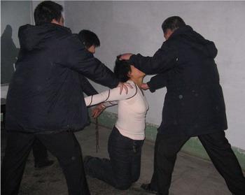 Арест последовательницы Фалуньгун. Фото с сайта Минхуэй