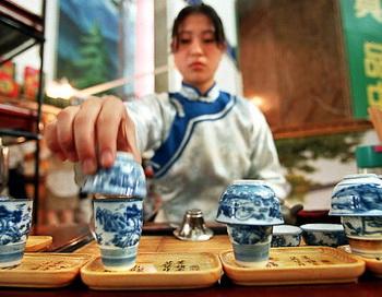Международный день чая отмечают мировые производители чая. Фото: STEPHEN SHAVER /AFP/Getty Images)
