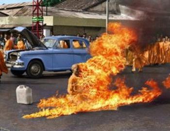 В Тибете не прекращаются акты самосожжения монахов. Фото сайта molochik.ru