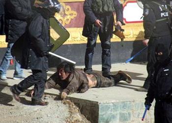 Тибет: полиция избивает митингующих. Фото сайта: savetibet.ru