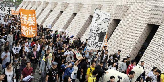 Марш протеста художников, требующих освобождения задержанного 23 апреля в Гонконге известного китайского художника Ай Вэйвэя. С баннерами, плакатами, масками и различными музыкальными инструментами более 1000 протестующих прошли через центр города в районе Цим Ша Цуй. После задержания в Пекине 3 апреля правительственными чиновниками Ай Вэйвэя, о нём до сих пор ничего не известно. (Laurent Fievet/Getty Images)