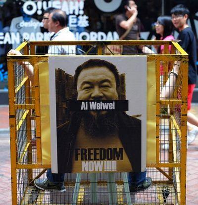Большое чучело «лошади,  пасущейся на  грязной траве» - метафора, которую используют китайские блоггеры для обхода Интернет-цензуры, когда критикуют коммунистический режим. Гонконг, 23 апреля 2011 года. (Pan Zaishu/The Epoch Times)