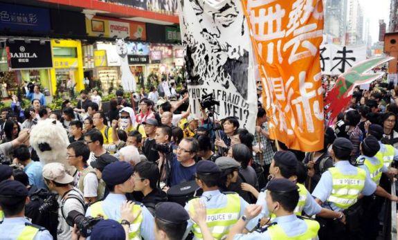 Художники участвуют в марше протеста с требованием освободить задержанного известного китайского художника Ай Вэйвэя, Гонконг 23 апреля. (Laurent Fievet/Getty Images)