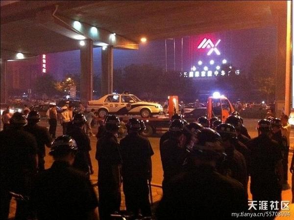 Власти прислали полицию для разгона протестующих. Провинция Хэбэй. Август 2011 год. Фото с epochtimes.com