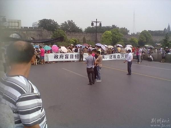 Власти прислали полицейских для разгона демонстрации. Город Цзиньчжоу провинции Хубэй. Август 2011 год. Фото с epochtimes.com