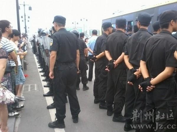 Около 10 семей заблокировали дорогу, требуя вернуть им деньги или выдать квартиры. Город Цзиньчжоу провинции Хубэй. Август 2011 год. Фото с epochtimes.com