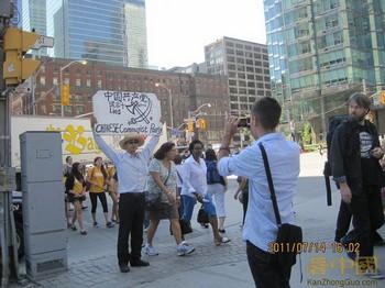 Сунь Уцзюнь протестует против беззаконий в Китае. Ванкувер, Канада. Июль 2011 год. Фото: kanzhongguo.com