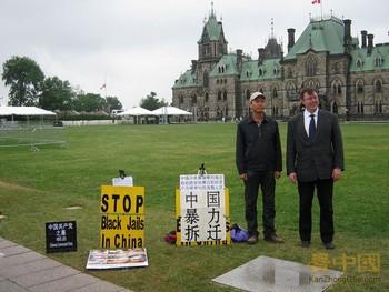 Несколько раз на акцию Суня приходил местный конгрессмен Роб Андрес, выражая ему свою поддержку. Ванкувер, Канада. Июль 2011 год.  Фото: kanzhongguo.com