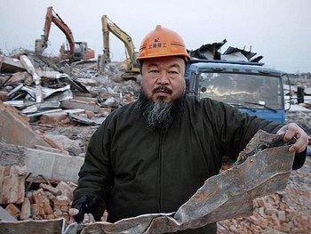 Китайский художник Ай Вэйвэй на развалинах своей недавно построенной шанхайской студи, снесенной властями. Ай - один из самых известных и дерзких художников в Китае. Он был арестован в аэропорту Пекина в воскресенье, и сейчас его местонахождение неизвестно. Фото: STR /AFP /Getty Images