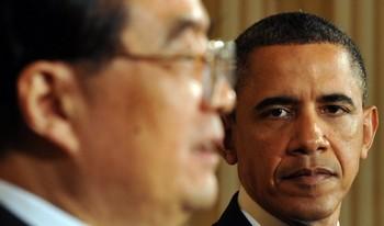 Президент США Барак Обама наблюдает, как его китайский коллега Ху Цзиньтао медлит с ответом на вопрос, заданный ему во время пресс-конференции в Восточной комнате Белого дома в Вашингтоне, округ Колумбия, 19 января 2011 года. Фото: Jewel Samad /AFP /Getty Images