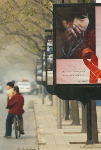 Плакат, информирующий о СПИДе, вывешен накануне Всемирного дня борьбы со СПИДом в Пекине.