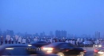 Несколько сот человек собрались сброситься с моста в знак протеста против коррупции в верховном суде. Город Наньчан провинция Цзянси. Фото с epochtimes.com