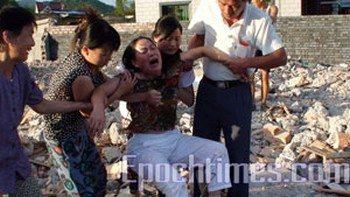 Женщина, у которой в Китае власти незаконно снесли дом. Фото: Великая Эпоха (The Epoch Times)