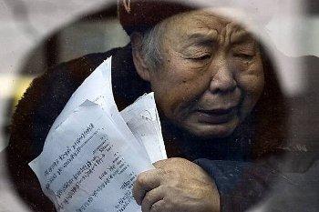 Арестованная у представительства ООН в Пекине просительница ждет  отправки в автобусе. Фото: suedostschweiz.ch