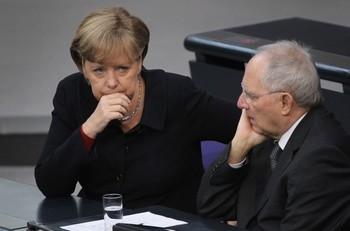 Канцлер Германии Ангела Меркель (слева) и министр финансов Вольфганг Шойбле приняли участие в дебатах в Бундестаге 2 декабря, Берлин. Меркель призывает к изменениям финансовых правил в еврозоне. Она сказала, что выход из нынешнего кризиса является долгосрочным процессом. Фото: Sean Gallup /Getty Images