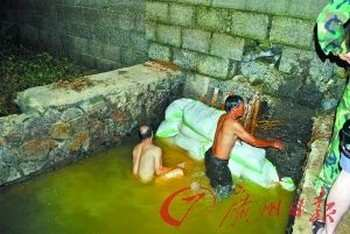 Местные жители затыкают заводскую трубу, из которой в реку выливаются промышленные отходы. Провинция Гуандун. Июнь 2011 год. Фото с news.163.com
