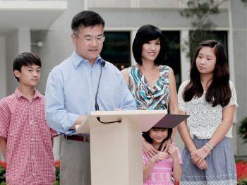 Новый посол США в Китае Гэри Лок с женой Моне и их детьми: Дилан (слева - 12 лет), Мадлен (2-я справа - 6 лет) и Эмили (справа - 14 лет) во дворе своей резиденции 14 августа 2011 года в Пекине, Китай. Фото: Lintao Zhang /Getty Images