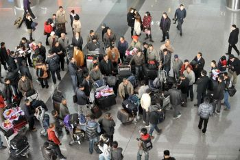 Группа китайских граждан, эвакуированных китайским правительством из Ливии, прибыла в Пекинский аэропорт 24 февраля 2011 года. (STR /Getty Images)