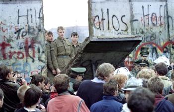 Кошмар компартии Китая: толпы западных берлинцев перед Берлинской стеной утром 11 ноября 1989 года. Они смотрят, как пограничники Восточной Германии сносят часть стены. С тех пор, как рухнул коммунизм в Восточной Европе и Советском Союзе, КПК пытается избежать подобной судьбы. Фото: Gerard Malie /AFP /Getty Images