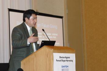 Эрпин Чжан, представитель ассоциации Фалуньгун, на дискуссии, которая состоялась 1-го мая в американском конгрессе по трансплантации в Филадельфии. (Тодд Лю / Великая Эпоха)