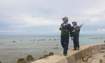 Вьетнамские военные патрулируют вдоль побережья острова Фан Винь архипелага Спартли. Фото: AFP /Getty Images
