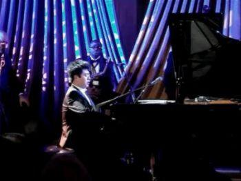 Китайский пианист Ланг Ланг играет на фортепиано в Белом Доме 19 января 2011 года. Он исполняет музыку из антиамериканского пропагандистского фильма о корейской войне. (Screenshot from Youtube)