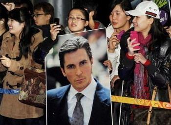 Поклонники обладателя «Оскара», актера Кристиана Бэйла, ожидают его перед премьерой фильма «Цветы войны» в Пекине 12 декабря 2011. Кристиан Бэйл безуспешно пытался посетить адвоката Чэнь Гуанчена. Фото: Mark Ralston /AFP /Getty Images
