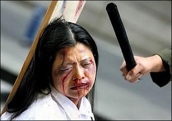 В лагере «Масаньцзя» к последователям Фалуньгун относятся более жестоко, чем к другим заключённым. Инсценировка пыток сторонников Фалуньгун в Китае. Фото с epochtimes.com