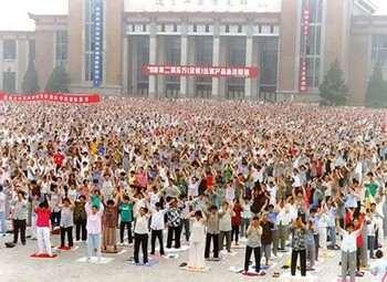 Более 10 тысяч практикующих Фалуньгун собрались на групповую практику в городе Шэньян в мае 1998 года. (Источник Minghui.net)
