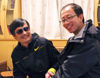 Эта недатированная фотография показывает, как откровенный критик правительства, Ху Цзя, (справа) общается в неизвестном месте в Пекине со слепым адвокатом, Чэнь Гуанчэном, после его побега. Фото: STR/AFP/GettyImages