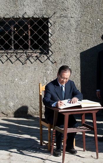 Китайский премьер Вэнь Цзябао расписывается в книге для посетителей в музее Аушвиц в Освенциме, Польша, 27 апреля. Он написал: «Зная историю, мы можем строить планы на будущее». Фото: Pawel Ulatowski/AFP/Getty Images