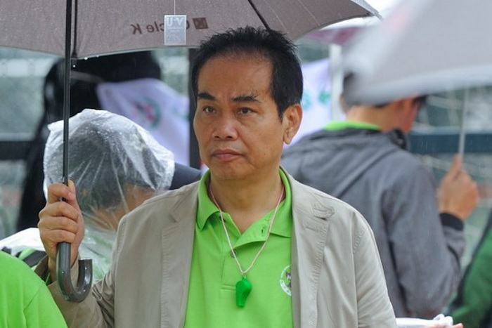 Хун Вайсэн, нынешний генеральный директор Яньцзинского пивоваренного завода, который спонсирует Пекин, в Гонконге участвует в мероприятии, организованном «Ассоциацией содействия молодёжи Гонконга», прокоммунистической группой, в которой он играет ведущую роль. Фото: Song Xianglong/The Epoch Times