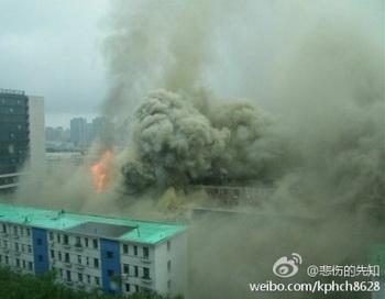 В 301-м военном госпитале в Пекине 1 августа произошёл пожар. Интернет-комментаторы не преминули отметить, что это был день годовщины со дня основания Народно-освободительной армии Китая. Фото: Kphch8628/Weibo.com