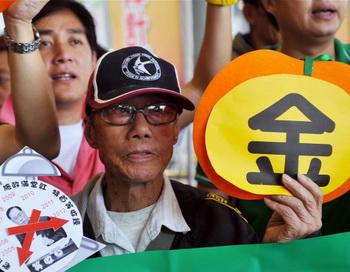 Глава Исполнительной власти Дональд Цанг в Гонконге 12 октября 2011 года. Дональд Цанг всё больше теряет свою популярность и в настоящее время может столкнуться с угрозой импичмента вследствие того, что ему были предъявлены обвинения в коррупции. Фото: Laurent Fievet/AFP/Getty Images