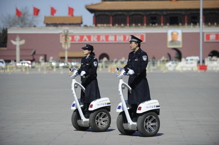 Полицейский патруль на площади Тяньаньмэнь 4 марта 2013 года во время проведения крупных политических встреч в Пекине. Фото: Wang Zhao/AFP/Getty Images