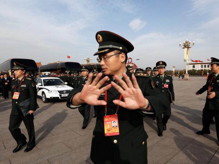Военный пытается остановить съёмку на площади Тяньаньмэнь, 7 ноября, Пекин. Фото: Lintao Zhang/Getty Images