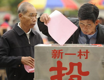 Жители голосуют на выборах в деревне Укань. Фото: AFP/Getty