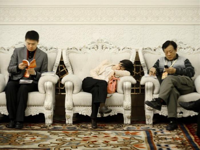 Журналисты отдыхают во время XVIII Всекитайского съезда коммунистической партии в Большом народном зале, Пекин, 9 ноября 2012 года. Фото: Wang Zhao/AFP/Getty Images