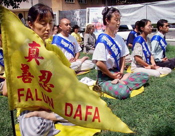 Последователи Фалуньгун медитируют на четвертый день голодовки перед зданием китайского посольства, 20 августа 2001 года, Вашингтон. Акция проводилась в поддержку 130 последователей Фалуньгун, которые объявили голодовку в трудовом лагере Масаньцзя, протестуя против несправедливого задержания и жестокого обращения. Фото Stephen Jaffe/AFP/Getty Images