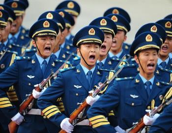 Отряд ВМС Китая марширует в Пекине, 2009 год. Тот, кто контролирует армию в коммунистическом Китае, тот управляет коммунистической партией Китая (КПК) и, следовательно, всей нацией. Фото: Frederic J. Brown/AFP/Getty Images