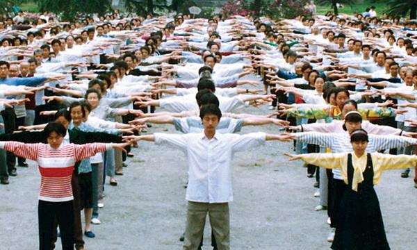 Последователи Фалуньгун выполняют комплекс упражнений в парке города Чэнду, Китай, 1998 год. 20 июля 1999 года генсек коммунистической партии Китая Цзян Цзэминь развязал кампанию по «искоренению» этой духовной практики. Попытка скрыть преступления во время этого продолжающего преследования привело к борьбе между двумя фракциями, которая продолжается в Китае уже около десяти лет, полагает Цзи Да. Фото: Faluninfo.net