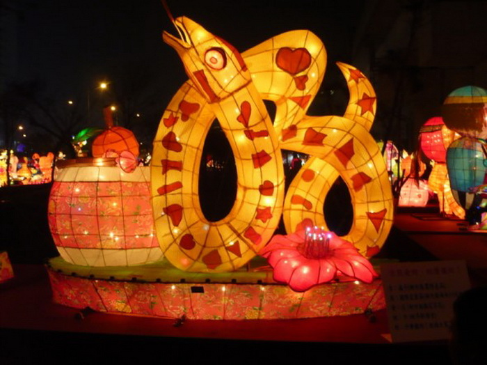 Тайваньский Фестиваль фонарей 2013 года. Фонарь в честь Года Змеи. Фото: Xu Xiangfu/The Epoch Times