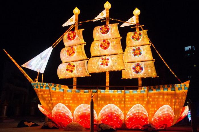 Красивая лодка Фа на цветке лотоса на Тайваньском Фестивале фонарей 2013 года. Фото: Chen Baizhou/The Epoch Times