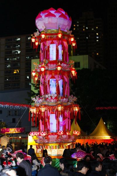 Великолепный высокий фонарь, увенчанный цветком лотоса, на Фестивале фонарей в Гонконге в 2013 г. Фото: Pan Zaishu/The Epoch Times