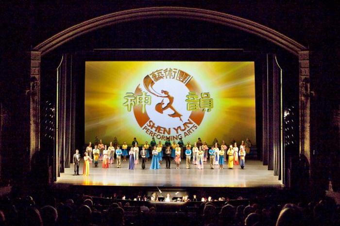 Труппа Shen Yun Performing Arts после концерта в театре SHN Orpheum, 20 марта 2013 года, Сан-Франциско. Фото: The Epoch Times