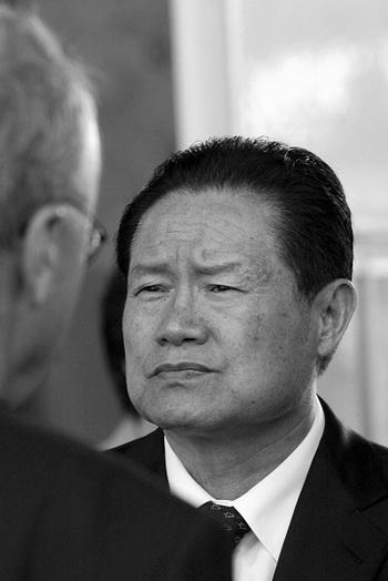 Чжоу Юнкан, член Постоянного комитета Политбюро ЦК КПК, может последовать за своим протеже Бо Силаем, снятого со всех постов в партии, если его конкуренты получат его самые сильные полномочия. Фото: Liu Jin/AFP/Getty Images