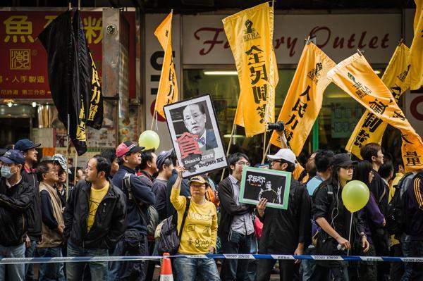 В Гонконге прошла демонстрация нескольких тысяч жителей с требованием освободить от должности главу администрации Гонконга Дональда Цанга. Фото: Philippe Lopez / AFP / Getty Images